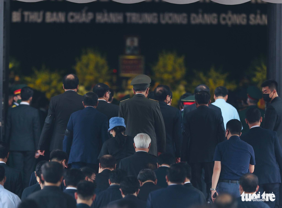 The delegation of the Communist Party of Vietnam Central Committee and the Government pay respects to former Party General Secretary Le Kha Phieu at his funeral in Hanoi, August 15, 2020. Photo: Nguyen Khanh / Tuoi Tre