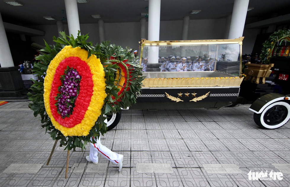 The vehicle prepared to carry the body of former Party General Secretary Le Kha Phieu to Mai Dich Cemetery in Cau Giay District, Hanoi, August 15, 2020. Photo: Nguyen Khanh / Tuoi Tre