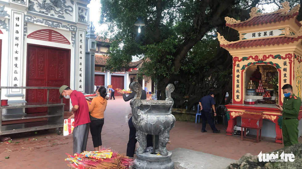 This photo shows Tay Ho Temple in Tay Ho District, Hanoi after authorities ordered its temporary closure from 3:00 pm August 19, 2020. Photo: Ngoc Long / Tuoi Tre