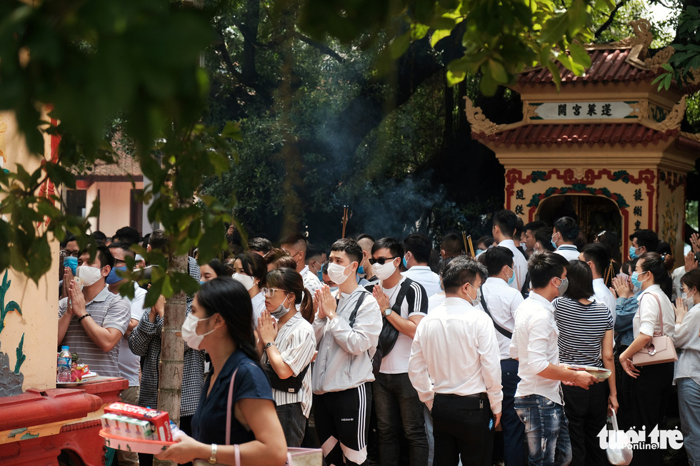 Visitors crowd Tay Ho Temple in Tay Ho District, Hanoi, August 19, 2020. Photo: Mai Thuong / Tuoi Tre