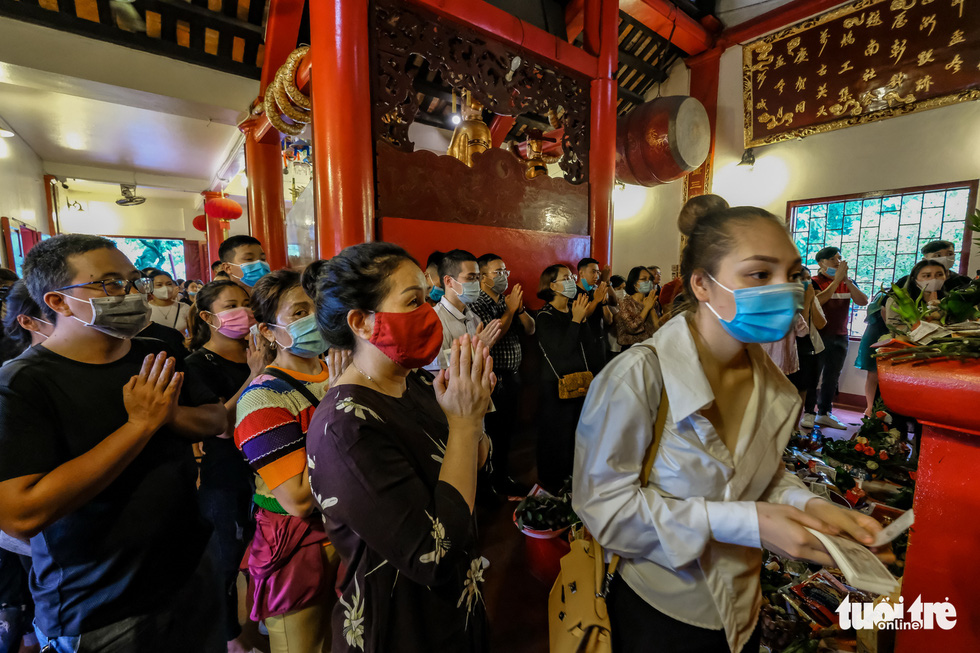 Visitors crowd Tay Ho Temple in Tay Ho District, Hanoi, August 19, 2020. Photo: Nam Tran / Tuoi Tre