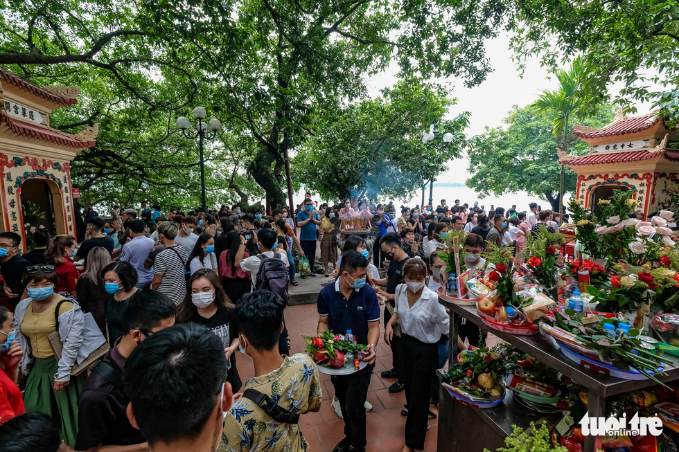 Visitors crowd Tay Ho Temple in Tay Ho District, Hanoi, August 19, 2020. Photo: Nam Tran / Tuoi Tr