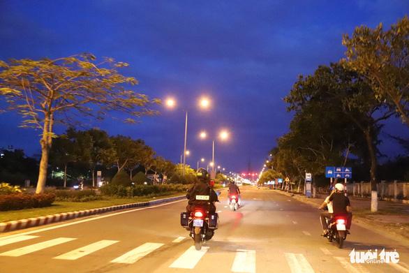 Special police unit in Da Nang patrol nightly to enforce social distancing