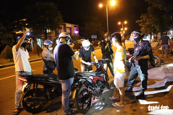 The night patrol team pull over offenders on a street in Da Nang. Photo: Doan Cuong / Tuoi Tre