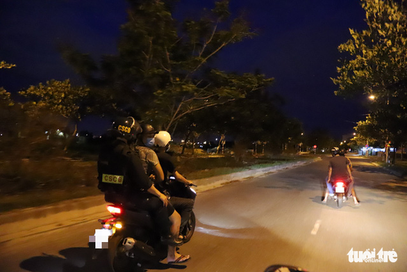 Drug users are escorted to a local police station with the help of the 911 police unit in Da Nang. Photo: Doan Cuong / Tuoi Tre