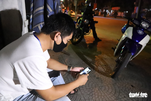 A 911 Unit Captain check in on his own family after being on the job for several hours in Da Nang. Photo: Doan Cuong / Tuoi Tre