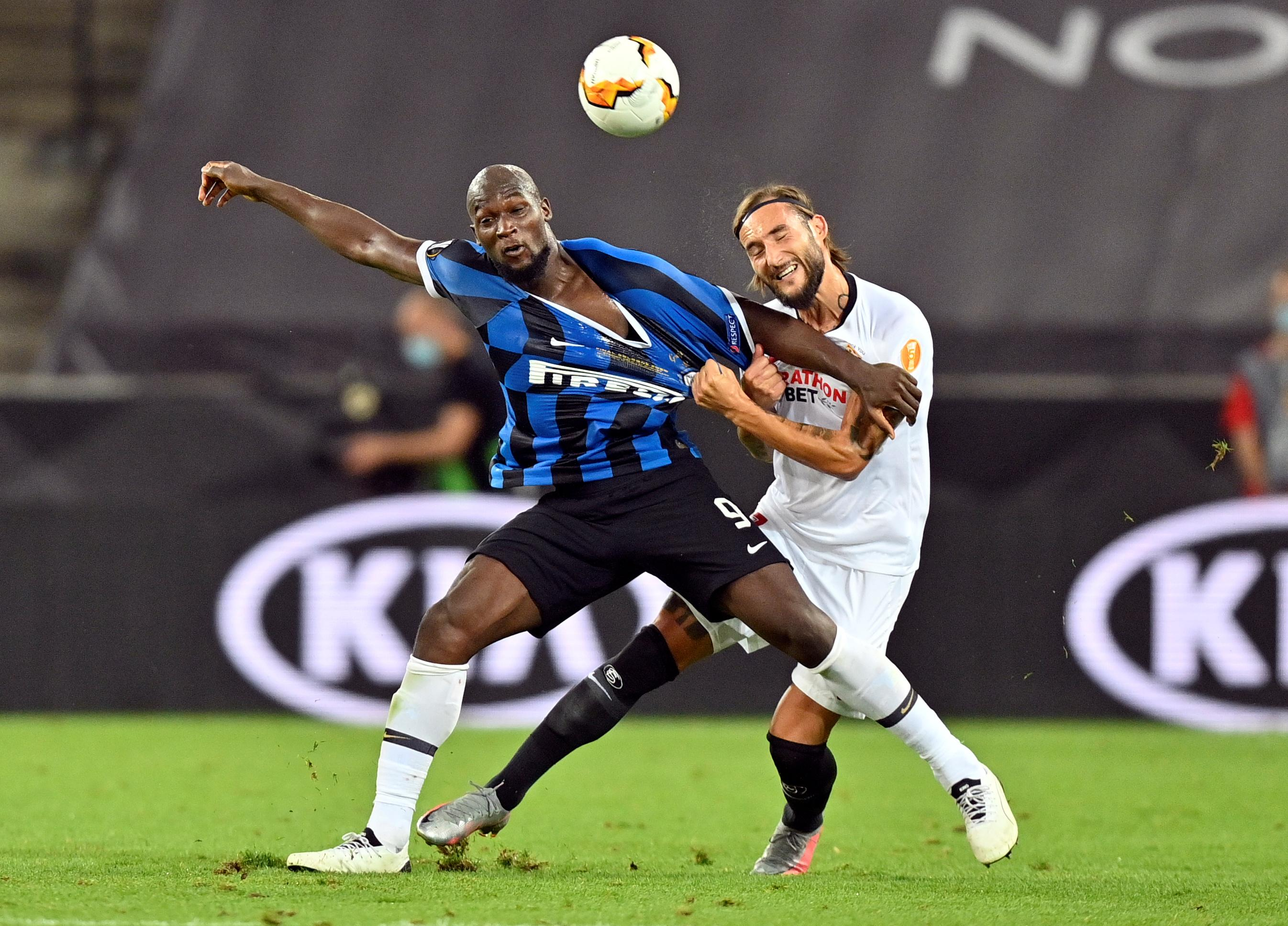 Inter Milan's Romelu Lukaku (blue) in action with Sevilla's Nemanja Gudelj during their Europa League Final at RheinEnergieStadion, Cologne, Germany, August 21, 2020 as play resumes behind closed doors following the outbreak of the coronavirus disease (COVID-19). Photo: Reuters