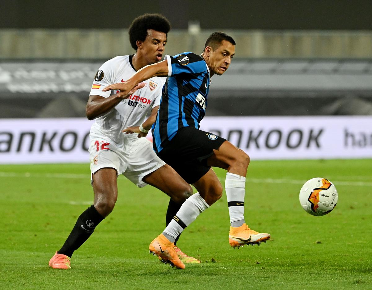 Inter Milan's Alexis Sanchez (blue) in action with Sevilla's Jules Kounde during their Europa League Final at RheinEnergieStadion, Cologne, Germany, August 21, 2020 as play resumes behind closed doors following the outbreak of the coronavirus disease (COVID-19). Photo: Reuters