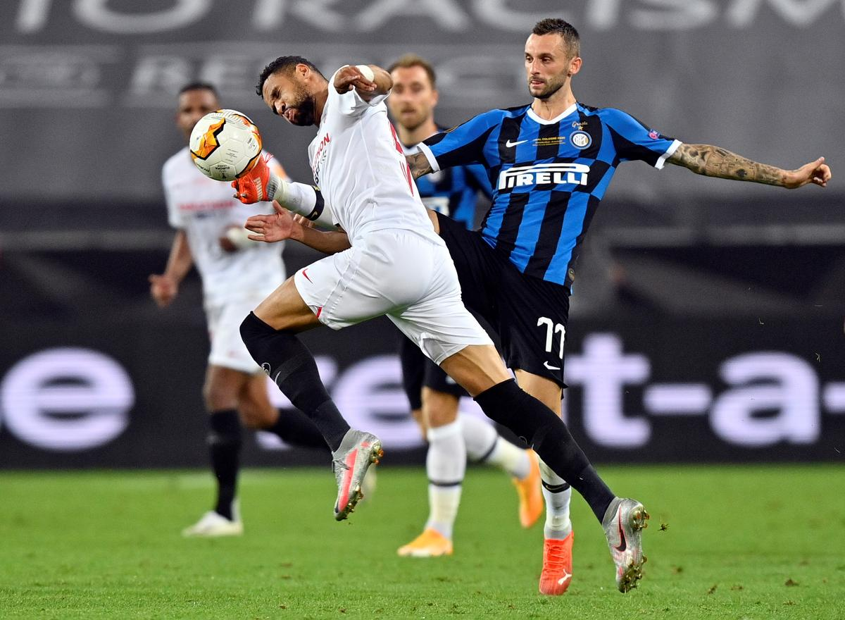 Inter Milan's Marcelo Brozovic in action with Sevilla's Youssef En-Nesyri during their Europa League Final at RheinEnergieStadion, Cologne, Germany, August 21, 2020 as play resumes behind closed doors following the outbreak of the coronavirus disease (COVID-19). Photo: Reuters