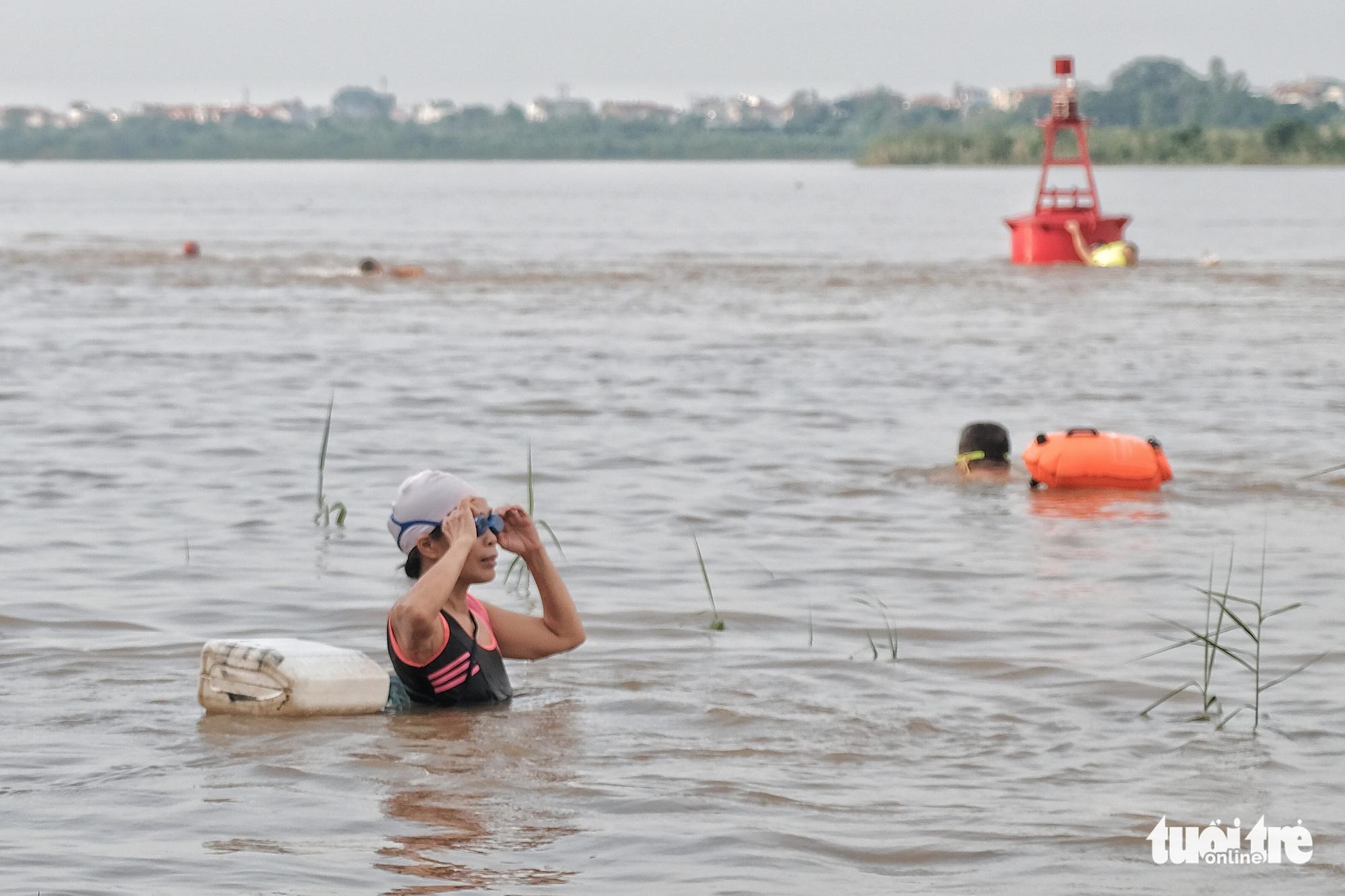 Hanoi residents swim in Red River despite rising water