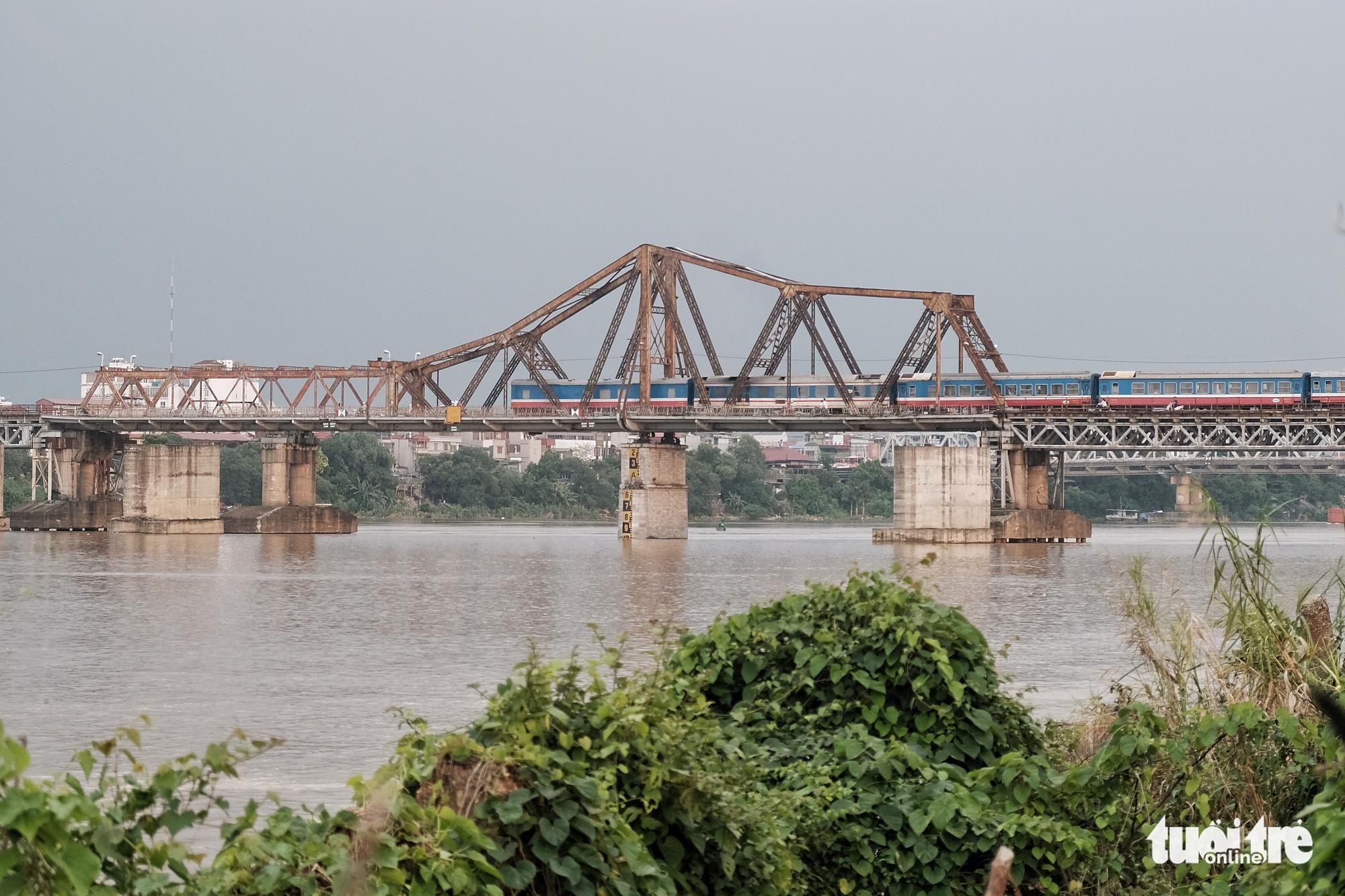 Long Bien Bridge crosses the Hong River in Hanoi in this photo taken on August 22, 2020. Photo: Mai Thuong / Tuoi Tre