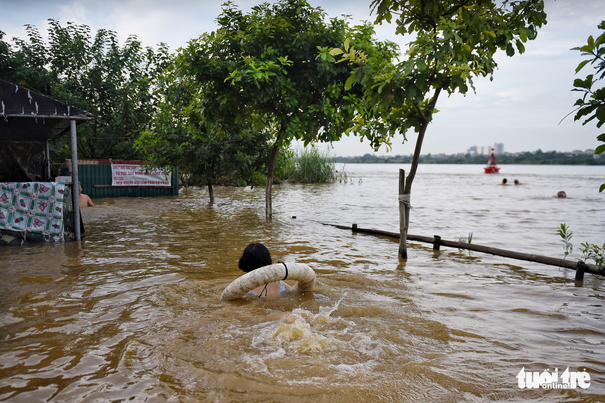 A young girl practices swimming at a shallow area in the Hong River in Hanoi, August 22, 2020. Photo: Hoang Thanh Tung / Tuoi Tre