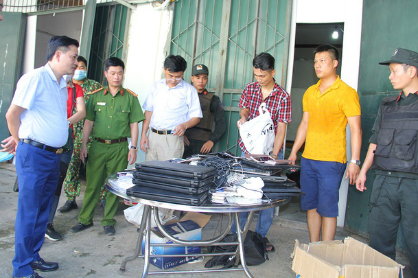 Many electronic devices are confiscated after the arrests of 21 wanted Chinese nationals in Lao Cai Province, Vietnam, August 24, 2020. Photo: Quynh Trang / Tuoi Tre