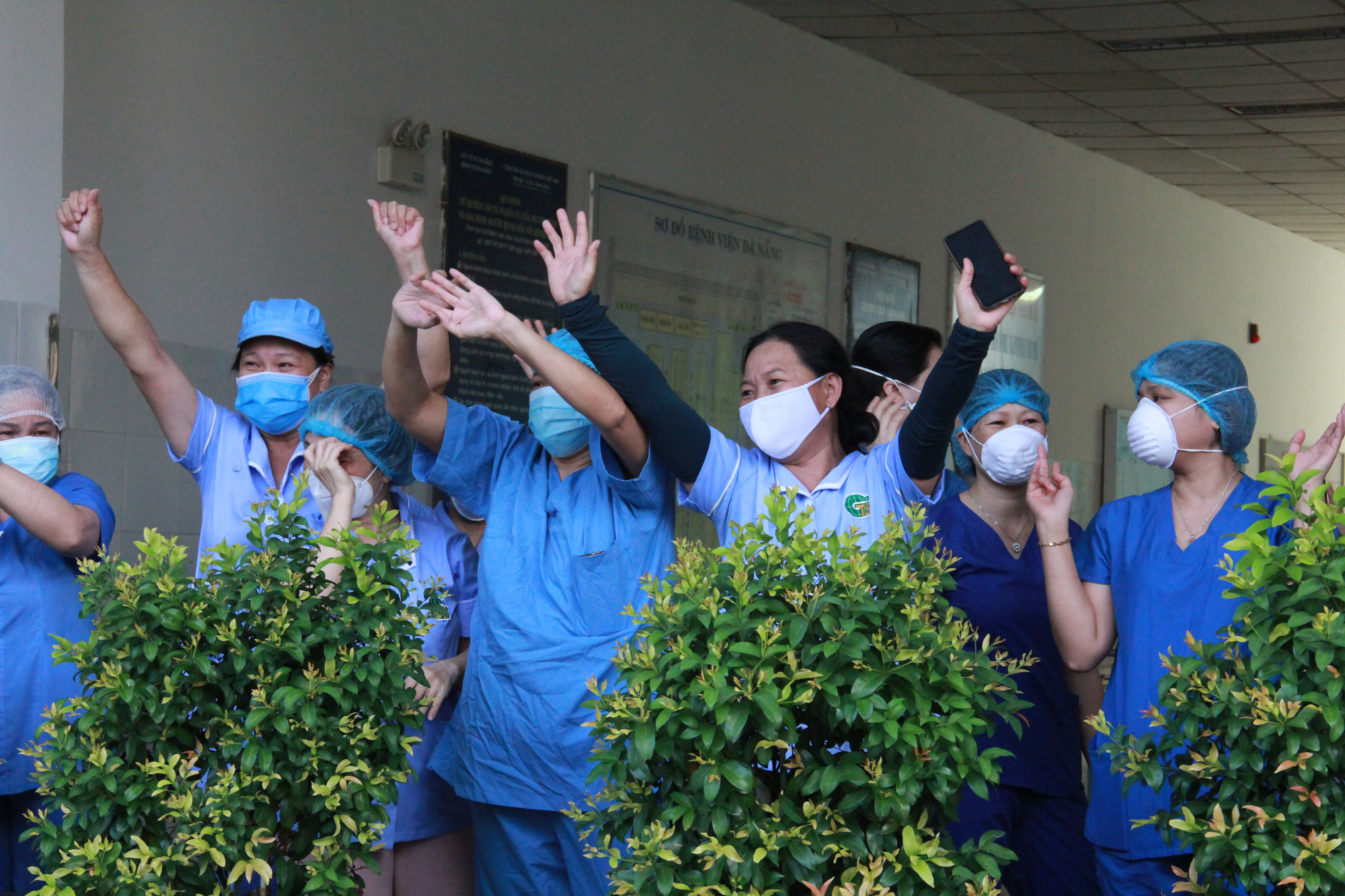 Health workers cheer as a lockdown is lifted from Da Nang Hospital in Da Nang City, Vietnam, August 25, 2020. Photo: Truong Trung / Tuoi Tre