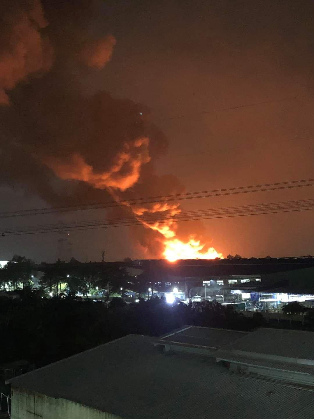 A massive plume of smoke rises from the burned warehouse at Tan Tao Industrial Park in Binh Tan District, Ho Chi Minh City, August 26, 2020. Photo: Minh Hoa / Tuoi Tre