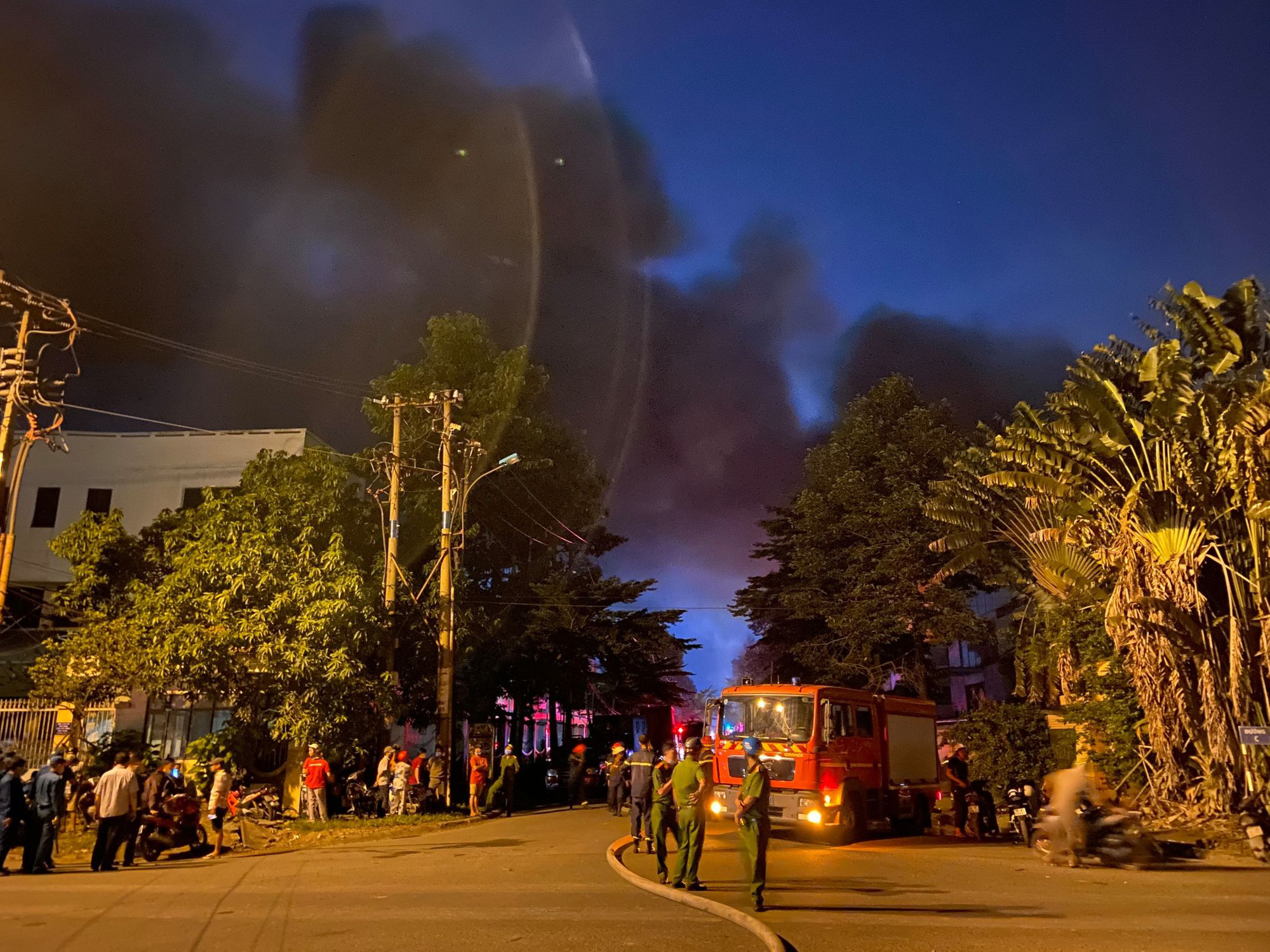 Police officers and firefighters cordon off an area where a fire broke out at a warehouse at Tan Tao Industrial Park in Binh Tan District, Ho Chi Minh City, August 26, 2020. Photo: Minh Hoa / Tuoi Tre