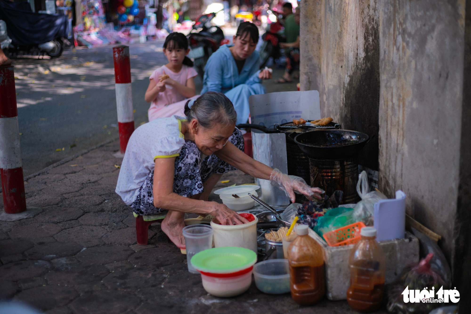 Grab a roll from Hanoi's famous 80-year-old 'hunchbacked lady'