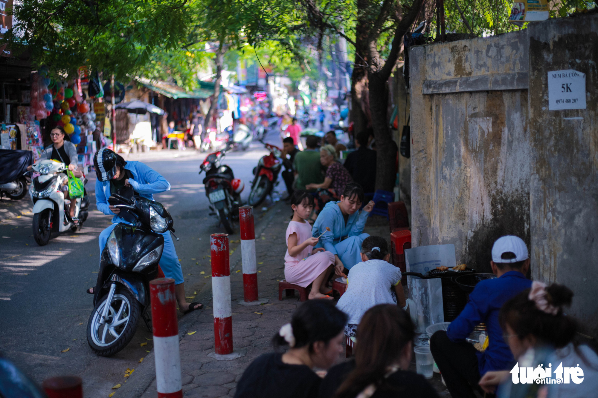 A large number of customers visit the street food stall of Nguyen Thi Thanh, 80, near Thanh Cong Secondary School in Hanoi. Photo: Hong Tham / Tuoi Tre