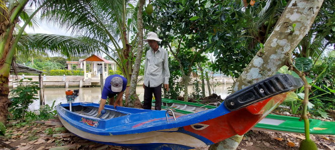 Two 'vo lai' racers in Phong Dien District, Can Tho City prepare to practice along a local canal. Photo: Chi Cong / Tuoi Tre