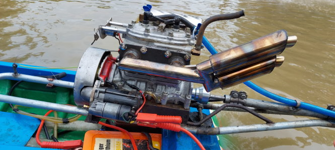 An up-close photo of a 13HP outboard motor that can reach 100 kilometers per hour. Photo: Chi Cong / Tuoi Tre