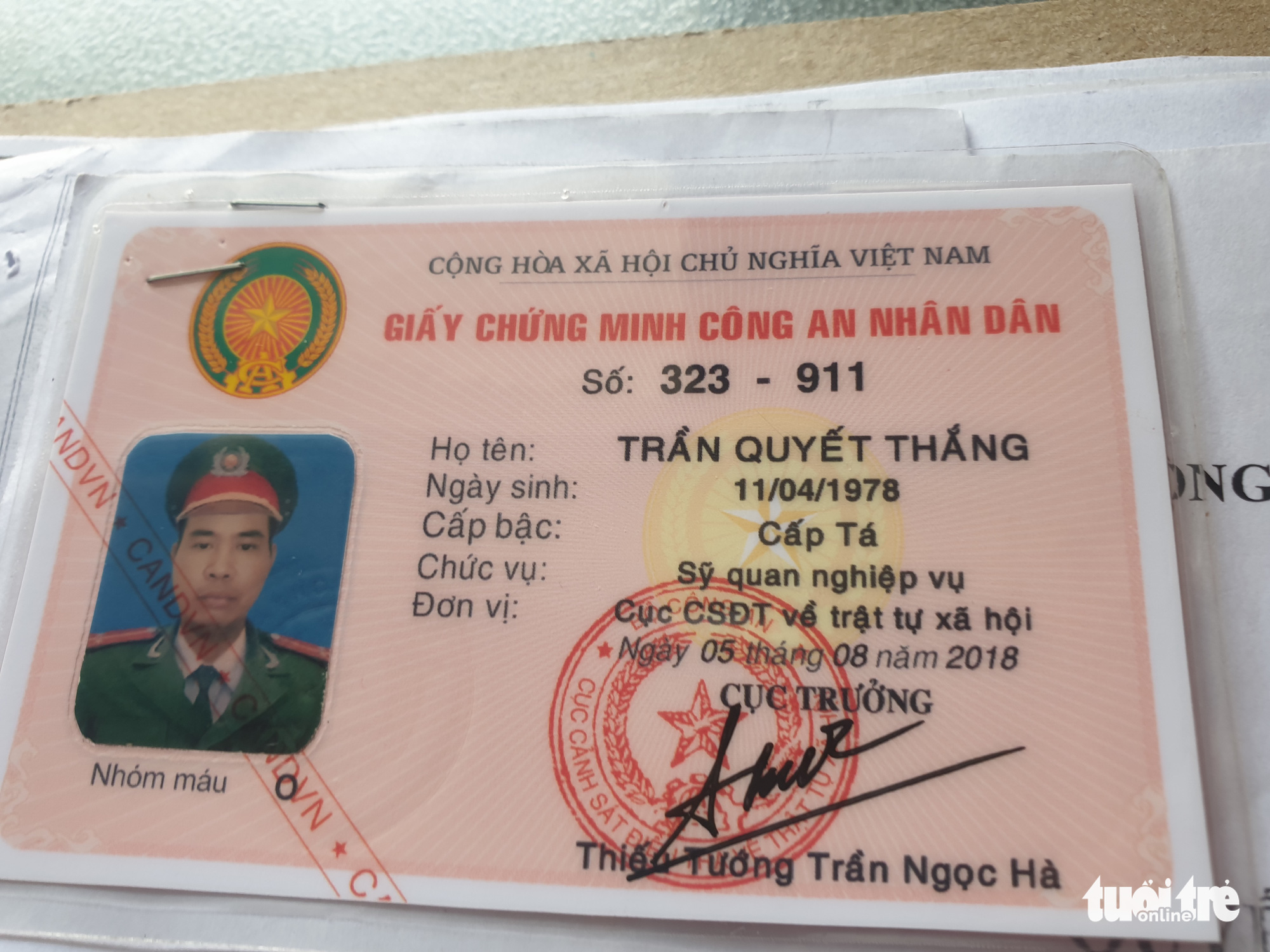 Thai and Son's fake police card is confiscated by police in District 11, Ho Chi Minh City.
