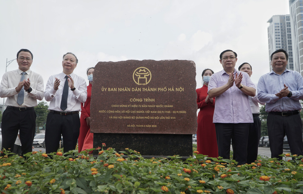 Politburo member and Secretary of the Hanoi Party Committee Vuong Dinh Hue (second right) attend the inauguration ceremony of the Nguyen Van Huyen — Hoang Quoc Viet overpass in Cau Giay District, Hanoi, August 28, 2020. Photo: Pham Tuan / Tuoi Tre