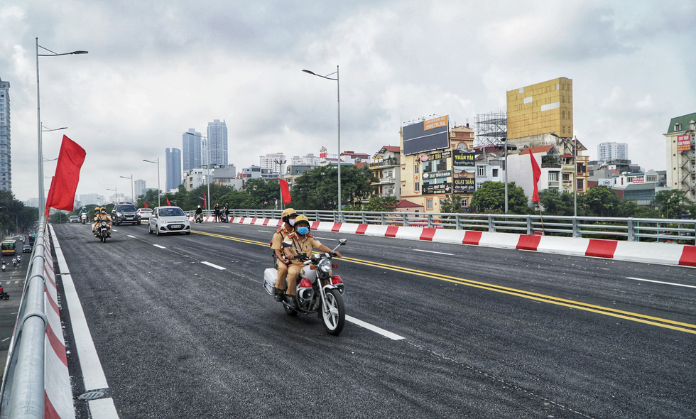 Vehicles run on the Nguyen Van Huyen — Hoang Quoc Viet overpass in Cau Giay District, Hanoi on its opening day, August 28, 2020. Photo: Pham Tuan / Tuoi Tre
