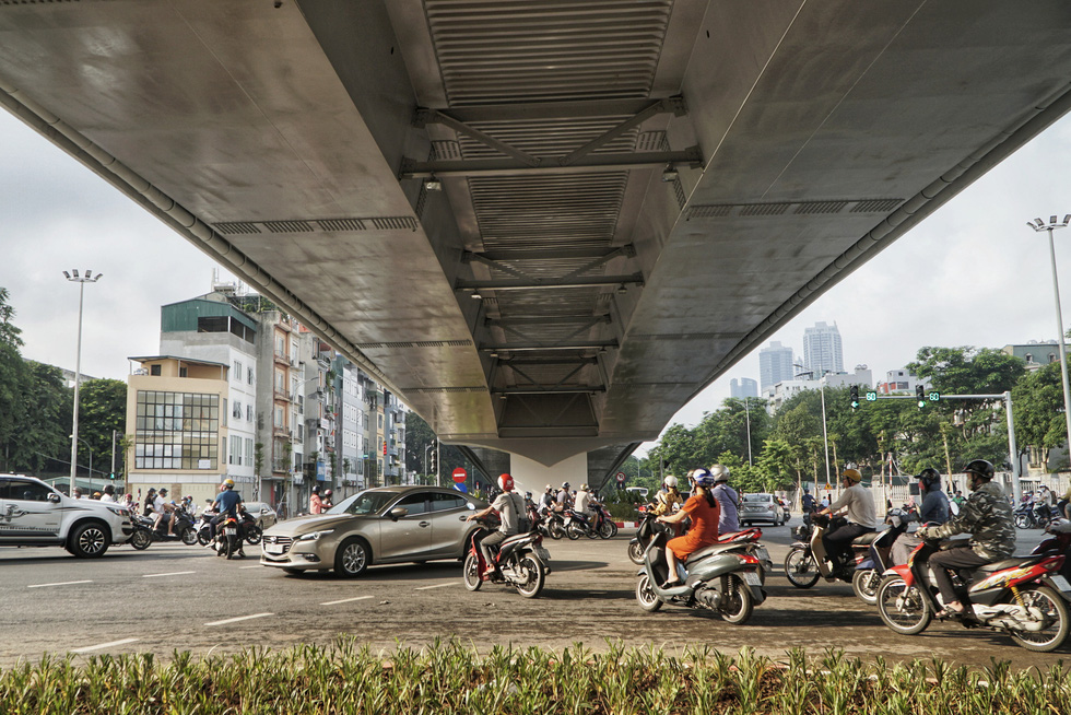 Vehicles run on the ground-level road under the Nguyen Van Huyen — Hoang Quoc Viet overpass in Cau Giay District, Hanoi, August 28, 2020. Photo: Pham Tuan / Tuoi Tre