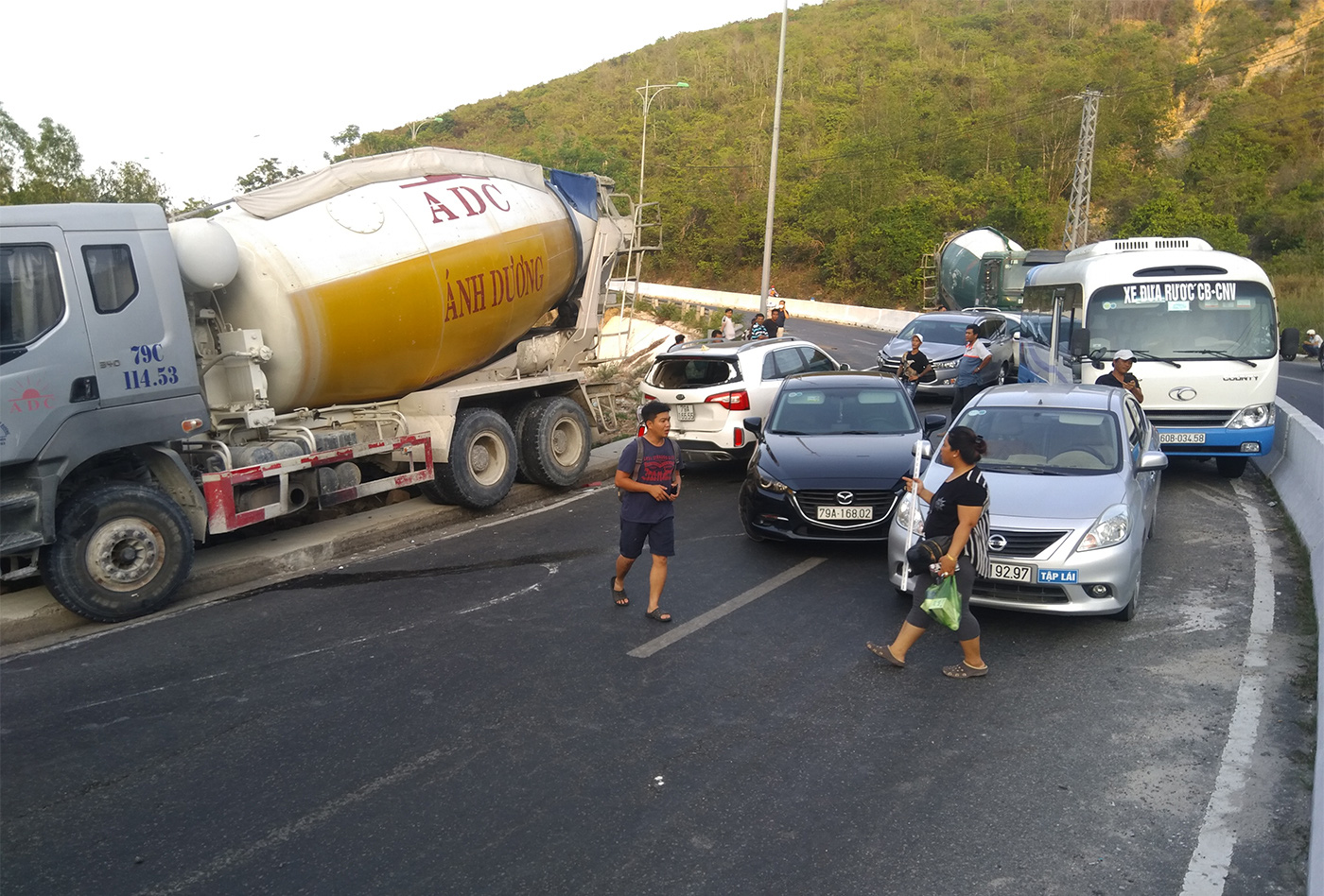 Pile-up on mountain pass after van crashes into median strip in Nha Trang