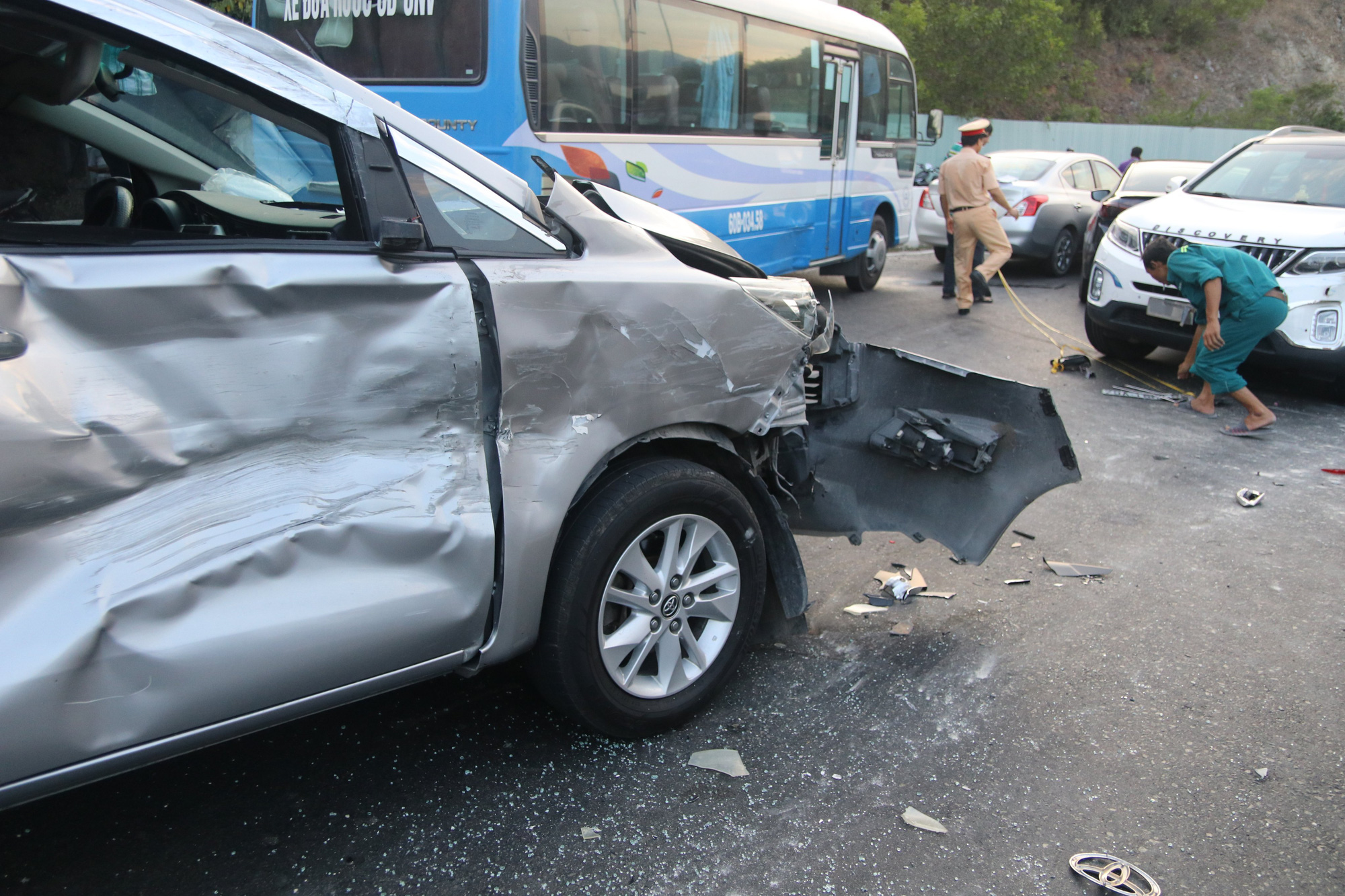 Multiple vehicles are damaged in a pile-up on the Cu Hin mountain pass in Nha Trang City, Khanh Hoa Province, Vietnam, August 30, 2020. Photo: Phan Song Ngan / Tuoi Tre