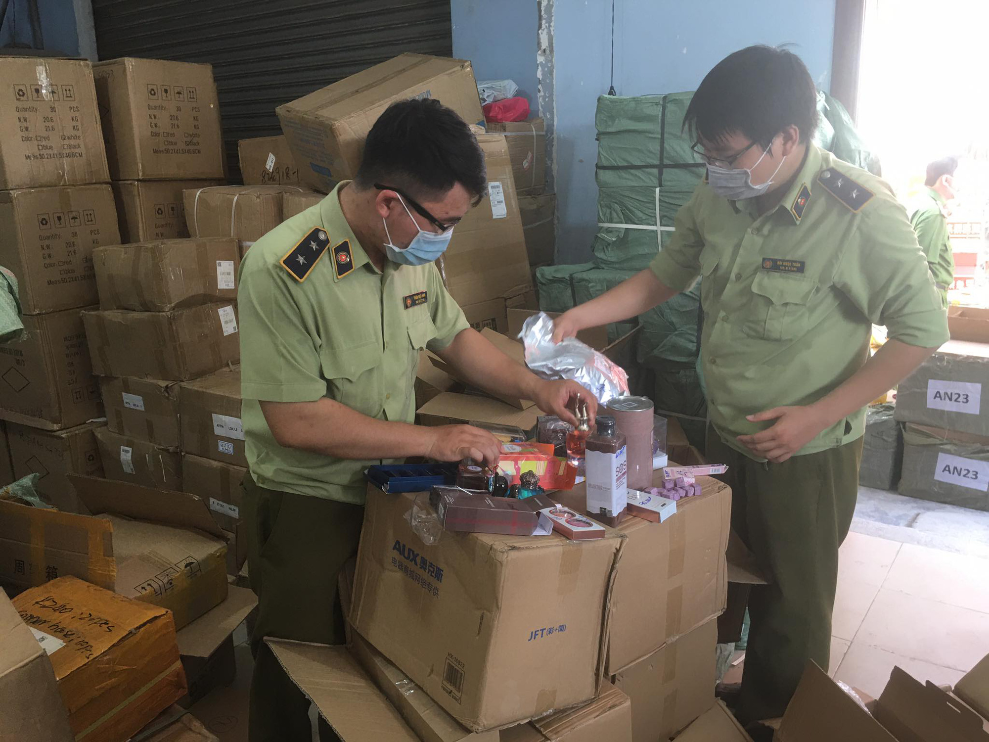 Market surveillance officers inspect a warehouse on Phu Dinh Street in District 8, Ho Chi Minh City. Photo: Nguyen Tri / Tuoi Tre