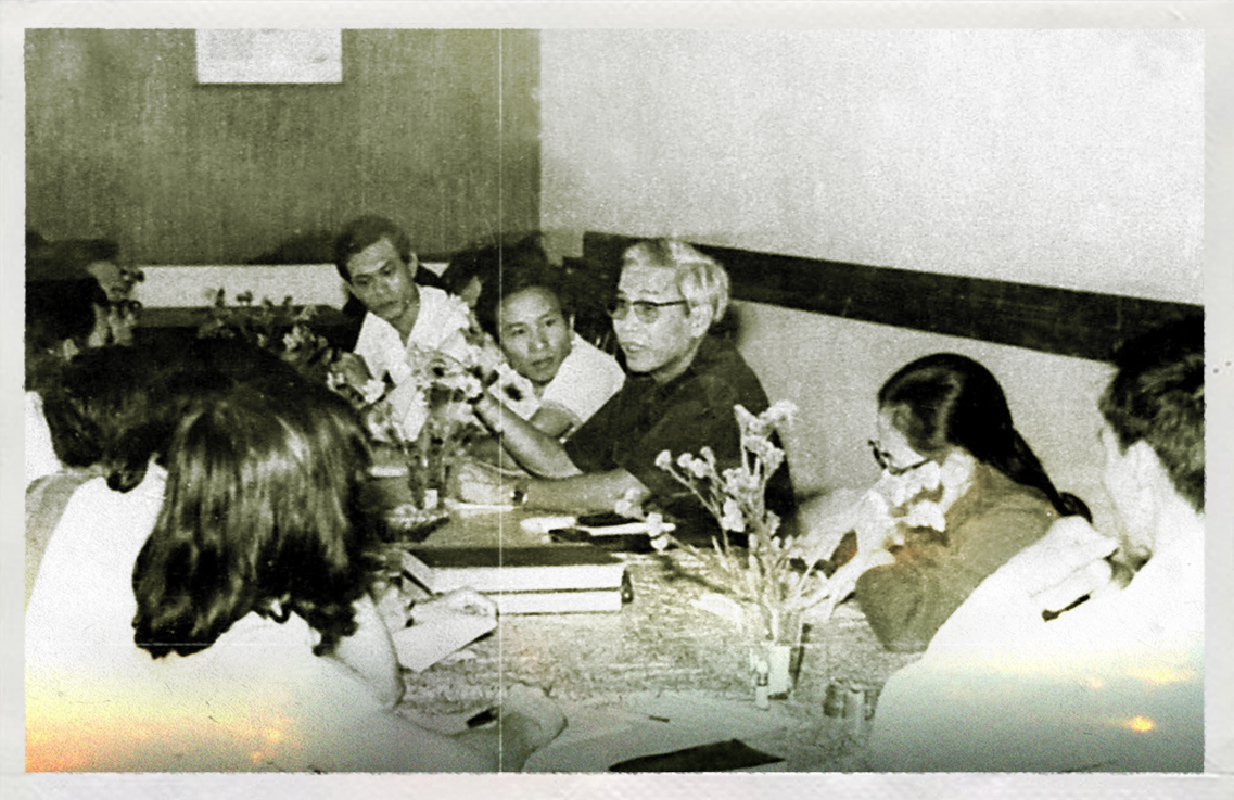 This file photo shows Vo Van Kiet (wearing glasses), then-Secretary of the Ho Chi Minh City Party Committee, discussing economic policy with Tuoi Tre staff.