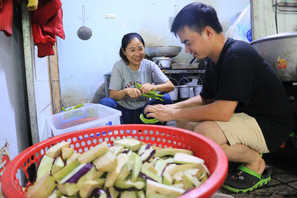 Two members of the group 'Quyet tam manh' prepare free meals for people in need in Ho Chi Minh City, September 2, 2020. Photo: Nhat Thinh / Tuoi Tre