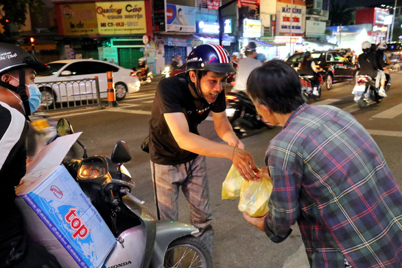 Young people give free meals to the less fortunate in Saigon