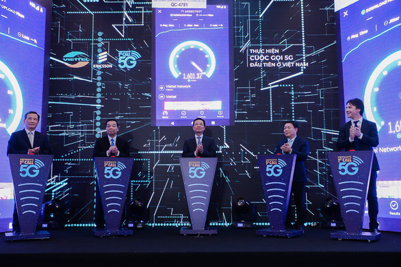 Delegates join a ceremony to launch Vietnam's first 5G call by telecoms group Viettel in Hanoi on May 10, 2019. Photo: T. Ha / Tuoi Tre