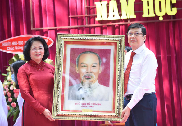 Vietnam's Deputy State President Dang Thi Ngoc Thinh presents a picture of the late President Ho Chi Minh to the headmaster of Le Quy Don High School in District 3, Ho Chi Minh City, September 5, 2020. Photo: Duyen Phan / Tuoi Tre