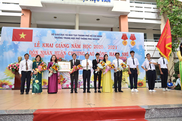Officials, teachers and students attend the school-year opening ceremony at Phu Nhuan High School in Phu Nhuan District, Ho Chi Minh City, September 5, 2020. Photo: Ngoc Phuong / Tuoi Tre