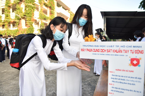 Two students wash their hands before attending the school-year opening ceremony at Phu Nhuan High School in Phu Nhuan District, Ho Chi Minh City, September 5, 2020. Photo: Ngoc Phuong / Tuoi Tre