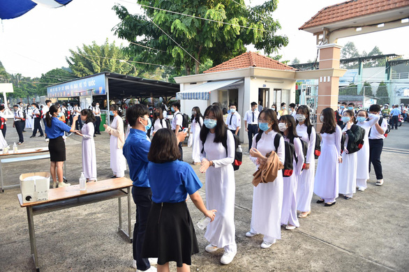 Students queue to have their body temperature checked before attending the school-year opening ceremony at Phu Nhuan High School in Phu Nhuan District, Ho Chi Minh City, September 5, 2020. Photo: Ngoc Phuong / Tuoi Tre