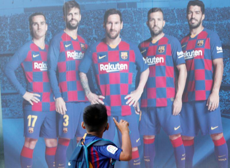 A Barcelona fan gestures in front of a picture of Lionel Messi outside the stadium Camp Nou, Barcelona, Spain, September 4, 2020. Photo: Reuters