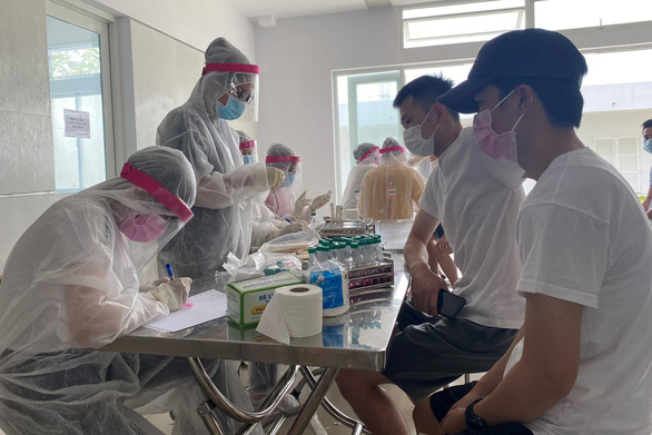 People are sampled for COVID-19 testing at a centralized quarantine facility in Bau Bang District, Binh Duong Province, Vietnam, September 6, 2020. Photo: H.M.C. / Tuoi Tre