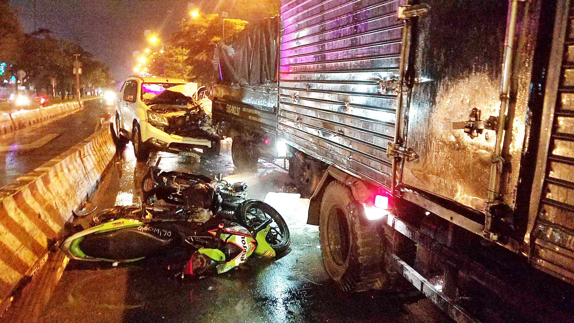 Three injured in car accident at red light in Ho Chi Minh City