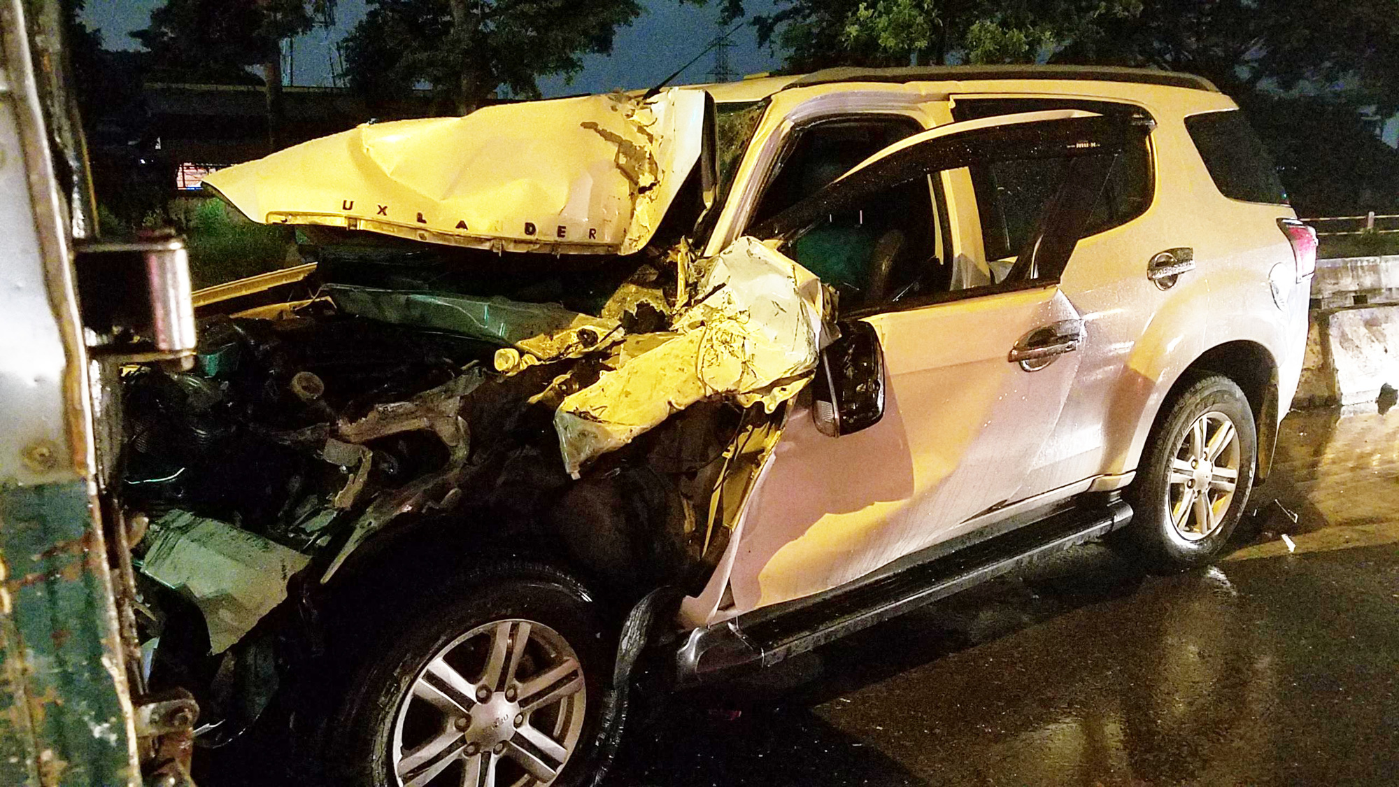 A seven-seater car is seriously damaged following a crash on No. 7 Street in Vinh Loc Industrial Park, Binh Tan District, Ho Chi Minh City, September 6, 2020. Photo: A.X. / Tuoi Tre