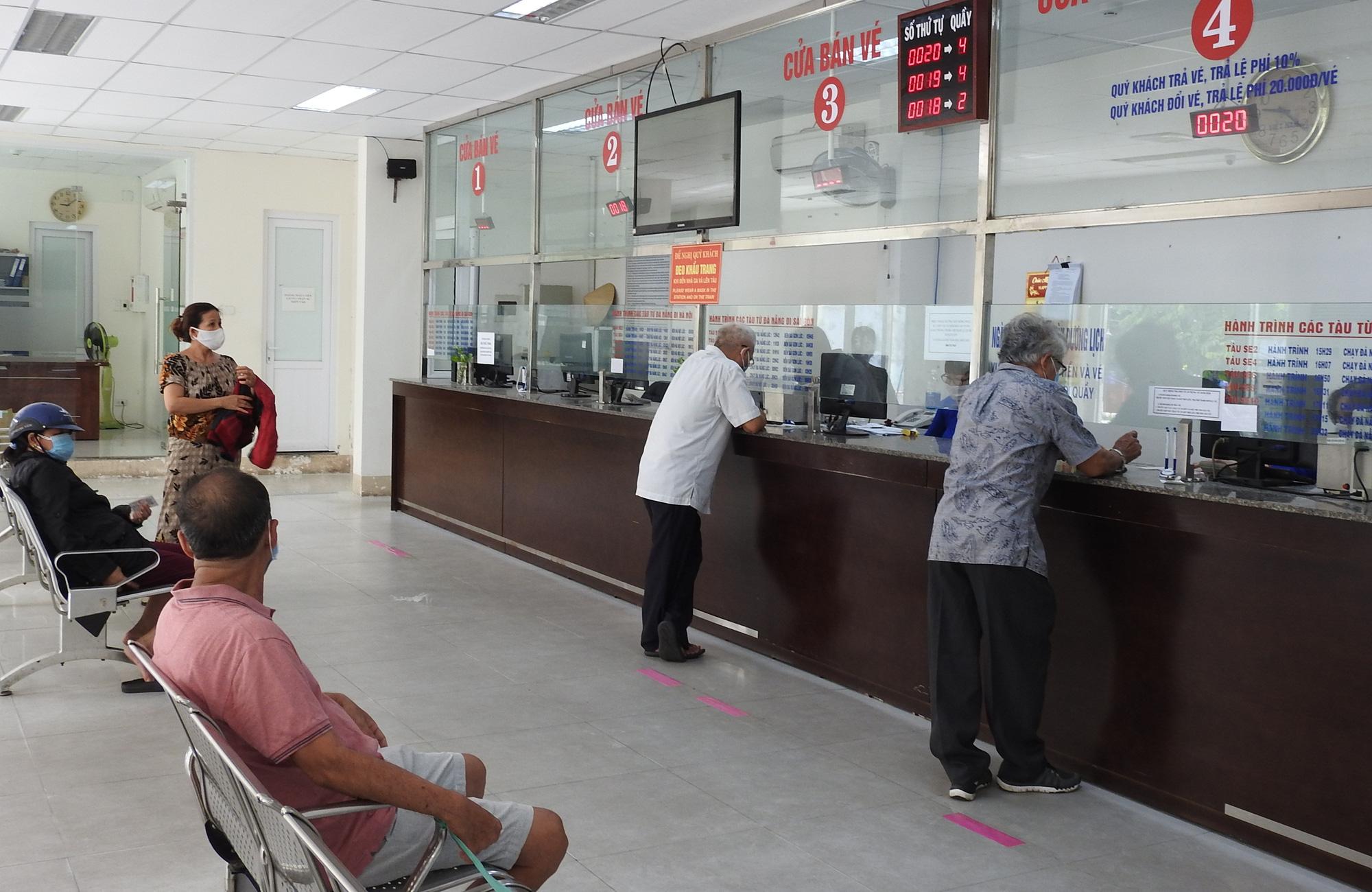 People buy train tickets at the Da Nang Railway Station in Da Nang City, Vietnam, September 7, 2020. Photo: V.Hung / Tuoi Tre