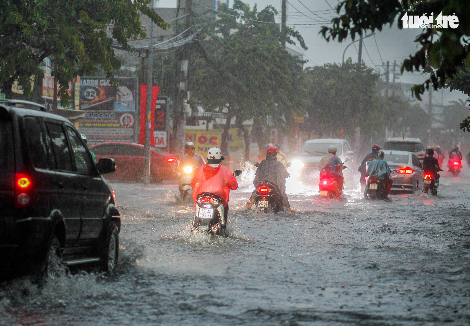 Commuters travel on a flooded street after heavy rain in Ho Chi Minh City, Vietnam September 6, 2020. Photo: Chau Tuan / Tuoi Tre