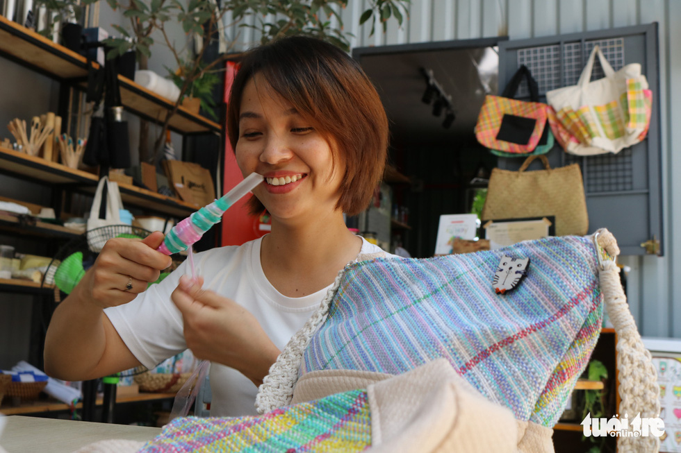 Thu Trang, a friend of Pham Thi Kim Hang, rolls plastic fibers into a ball so they do not get tangled. Photo: Hoang An / Tuoi Tre