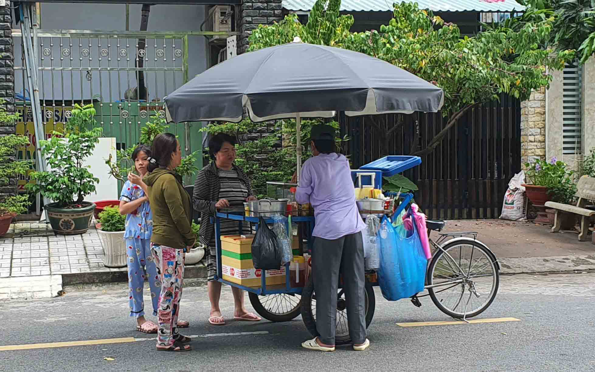 Saigon peddlers face tough times in pandemic-hit economy