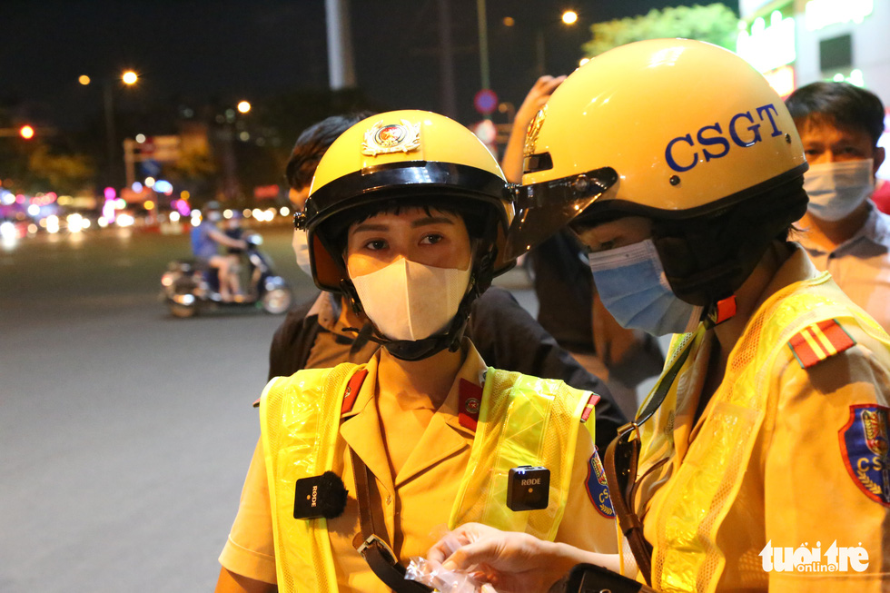 Policewomen of an all-female escort team stand at a checkpoint to handle traffic violation cases in Ho Chi Minh City, September 9, 2020. Photo: Minh Hoa / Tuoi Tre