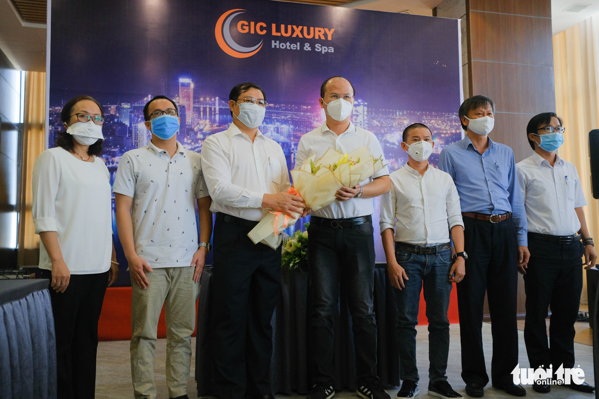 Da Nang City chairman Huynh Duc Tho (third left) give a bouquet of flowers to a medical team who assisted the city during the COVID-19 outbreak before sending them home at a farewell ceremony in Da Nang, September 12, 2020. Photo: Tan Luc / Tuoi Tre