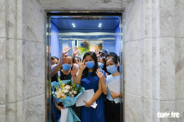 A team of medical workers from the northern city of Hai Phong wave goodbye to Da Nang after aiding the central city to fight against the COVID-19 epidemic for over a month, September 12, 2020. Photo: Tan Luc / Tuoi Tre
